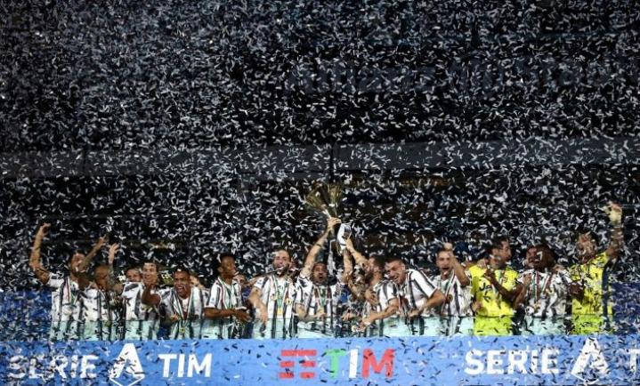 Juventus varmisti yhdeksännen perättäisen sarjamestaruutensa jo viikko sitten. Pokaalin joukkue sai käsiinsä lauantaina. LEHTIKUVA / AFP