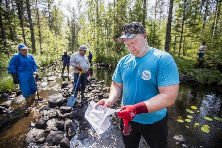 Salmilamminpuron kunnostus on ollut vesiensuojelun hanke, etualalla Lions Club Kontiolahden jäsenjohtaja Janne Raassina. Kuva on viime vuodelta.
