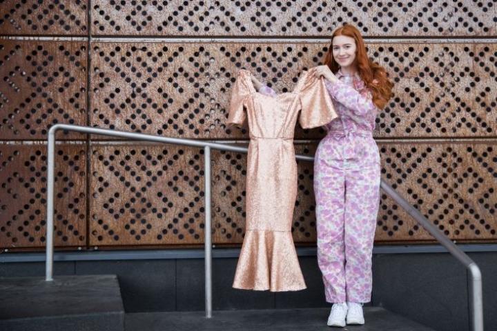 Peppi Raassina, 19, esittelee lukion käsityödiplomityönä tekemäänsä mekkoa.