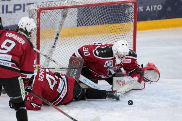 Kiekko-Poikien maalilla urakoinut Leevi Nikkinen oli kotijoukkueen parhaimmistoa IPK:ta vastaan.