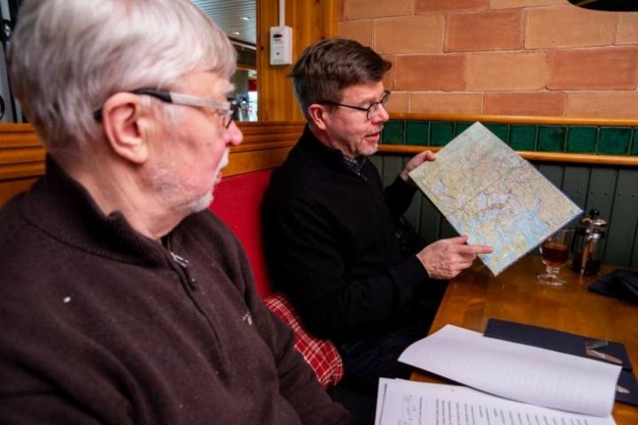 Joensuulaiset tekijät Tapio Hämynen (vas.) ja Hannu Itkonen viettivät pitkiä päiviä muun muassa Petroskoin arkistoissa.  Kirjassa on kartat Sortavalasta ja ympäristöstä.