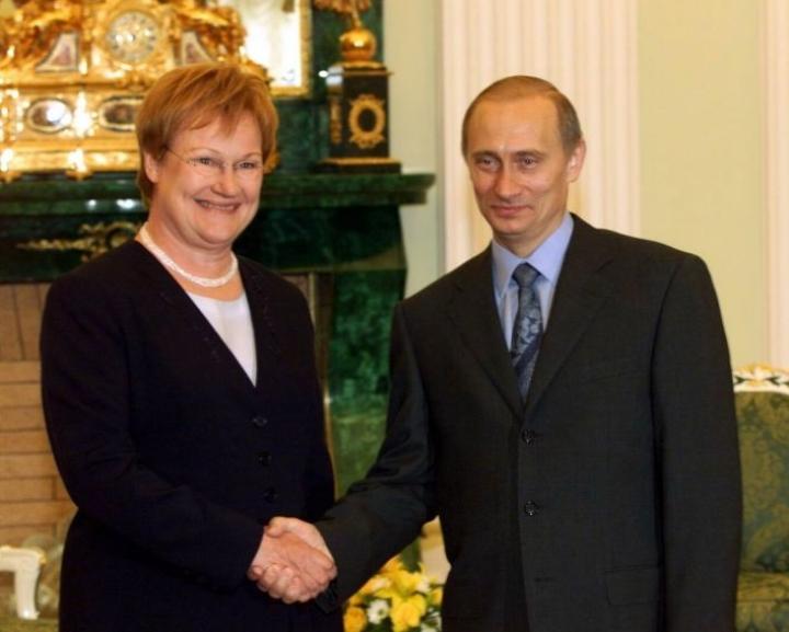 Presidentti Tarja Halonen ja Vladimir Putin tapasivat Kremlissä kesäkuussa 2000. LEHTIKUVA / Jussi Nukari