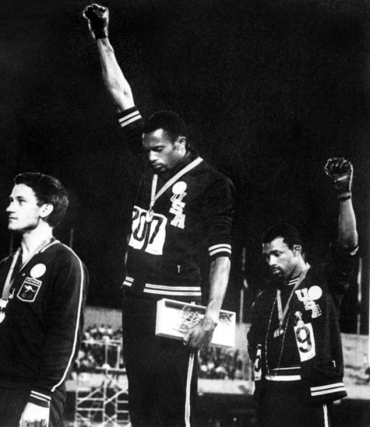 Vetoomukseen osallistui myös Mexicon 1968 olympialaisten 200 metrin pronssimitalisti John Carlos, joka teki silloin palkintojenjaossa yhdessä Tommie Smithin kanssa mustien asemaa edistäneen liikkeen tervehdyksen. LEHTIKUVA/AFP