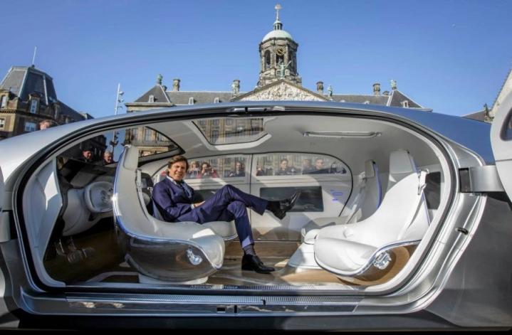 Näin futuristiselta näyttää Mercedes-Benzin robottiauto.