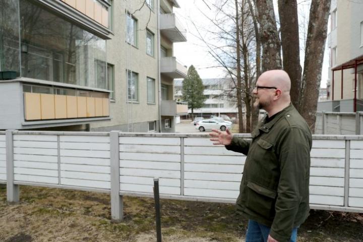 Kirjailija Tuomas Lius sijoitti romaaninsa tapahtumia osin Joensuun Kirkkokadulla sijaitsevaan lapsuudenkotiinsa.