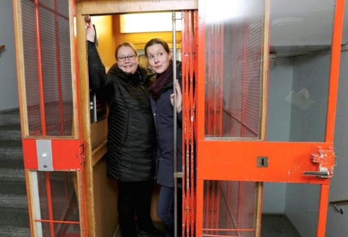 Helena Puhakka-Tarvainen ja Maria Saastamoinen ovat ryhtyneet urakkaan huoneistohotellin luomiseksi Joensuun vanhaan postitaloon.