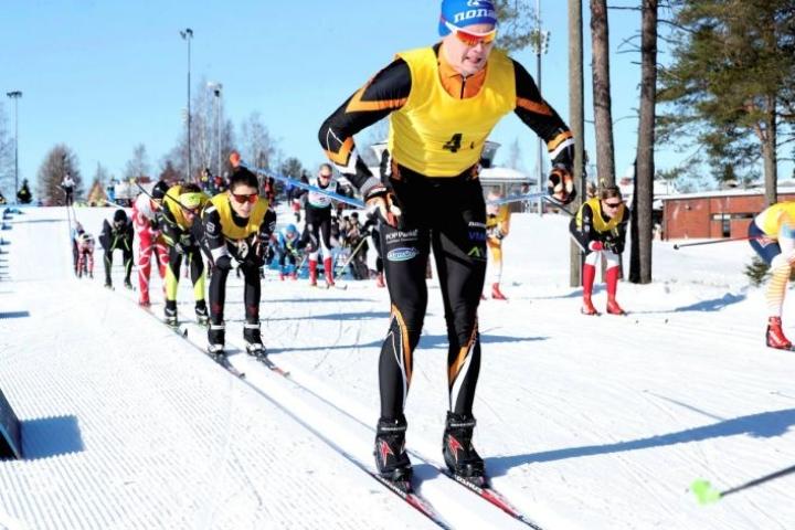 Pohjois-Karjalan maakuntaviesti ehdittiin hiihtää Ilomantsissa muutamaa päivää ennen kuin koronavirus lopetti urheilun maaliskuussa 2020. Etualalla Liperin ykkösjoukkueen Niklas Peltoniemi.