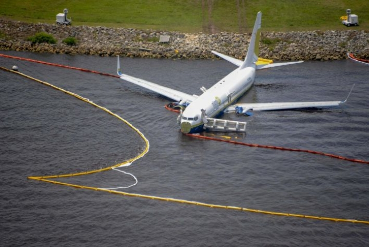 Jacksonvilleen Floridaan ukkosmyrskyssä lauantaina laskeutunut Boeing 737 -kone suistui laskun päätteeksi jokeen. LEHTIKUVA / AFP