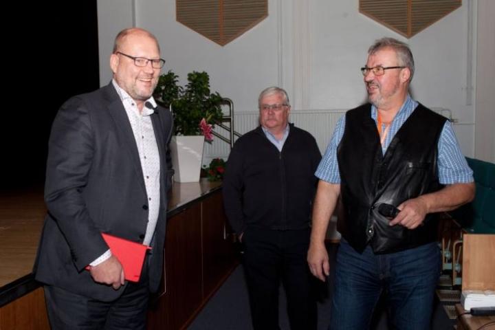Atria-konsernin toimitusjohtaja Juha Gröhn (vas.) piti hiljattain Kiteellä esitelmän, jossa hän kertoi muun muassa johtamisesta. Luennon alkua odottelivat myös Kitee-Seuran Tuomo Flinkman ja Markku Hyvönen.
