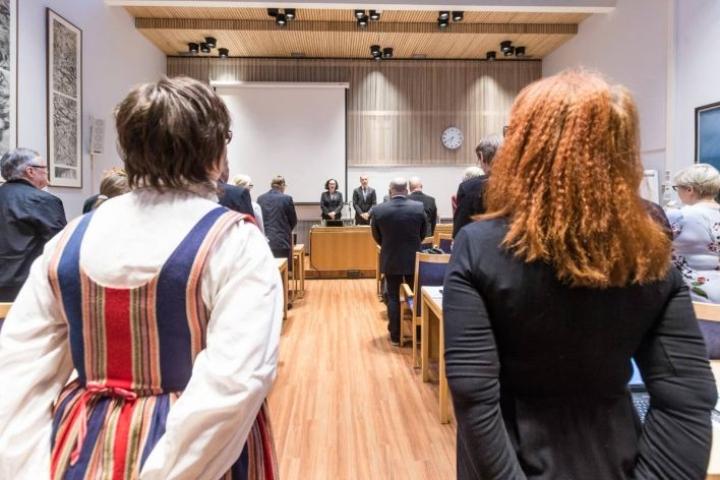Kunnanvaltuusto juhlisti valtuuston pitkää historiaa laulamalla kokouksessa Karjalaisten laulun.