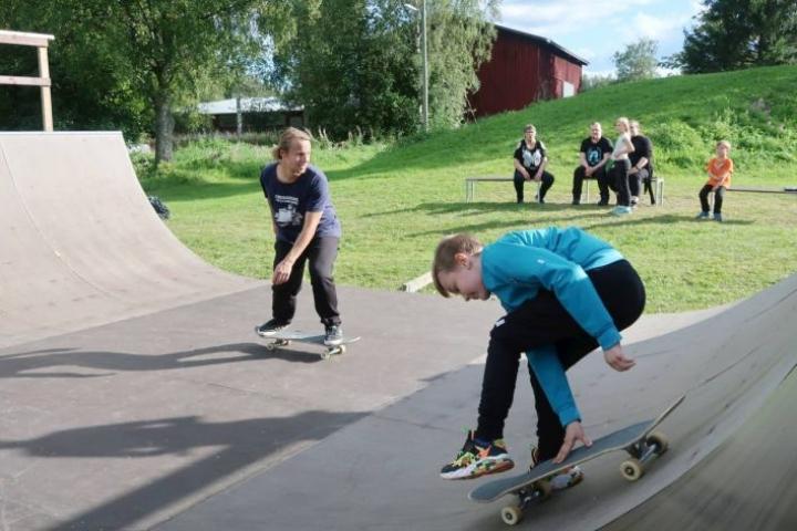 Rico Hakola, 9, (edessä) harjoitteli Aleksi Martikaisen ohjeilla.