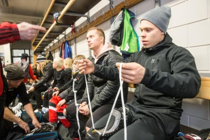 Teemu Väyrynen (vas) ja Petrus Palmu Mehtimäen tutussa jäähallissa.