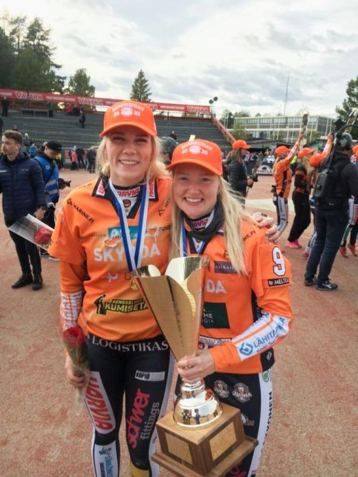Kirittärien Eeva Mäki-Maukola (vas.) ja Mari Mantsinen.