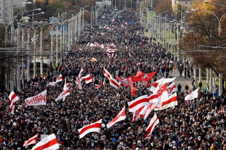 Iso joukko mielenosoittajia oli jälleen sunnuntaina liikkeellä Minskissä. LEHTIKUVA/AFP
