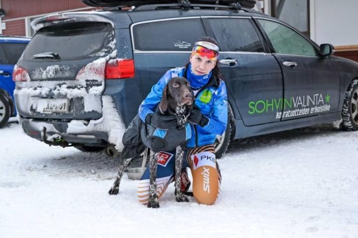 Jenna Kanko koiransa Helyn kanssa. Kontiolahden Urheilijoita ja Pohjois-Karjalan seurakoiria edustava Kanko on saavuttanut SM-mitaleita ja on kilpaillut myös EM- ja MM-kisoissa.