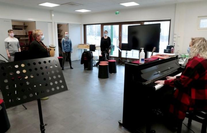 Äänet avattiin ennen mikrofonin eteen menemistä. Karaokekursseja järjestetään Tohmajärven lisäksi myös Polvijärvellä.