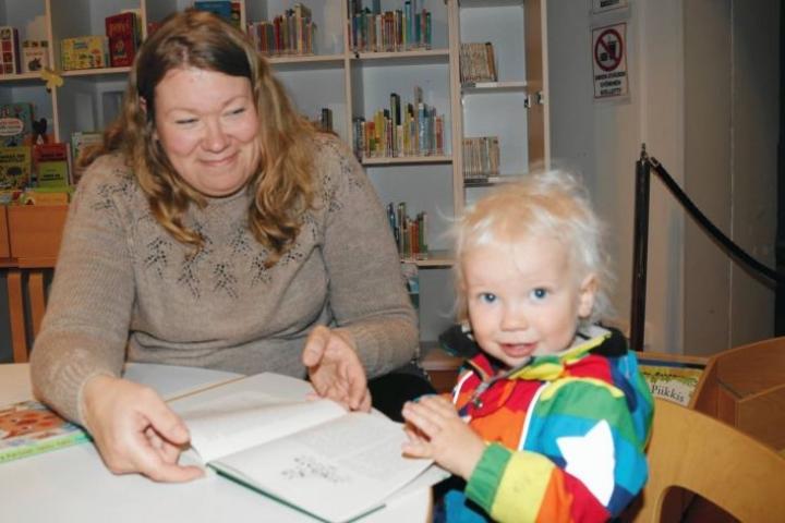 Helena ja Arttu Joronen pistäytyivät neuvolareissulla myös kirjastossa Pieksämäellä. Sitten matka jatkui päiväkoti Lammenkukkaan.