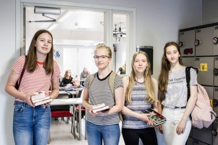 Liina Silvennoinen, Laura Tiainen, Anni Myller ja Milla Aittomäki kävivät esittelemässä nuortenkirjoja Karsikon koulussa.