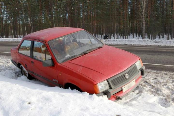 Tämä auto oli hylättynä Ilomantsintien varressa maaliskuussa 2012.