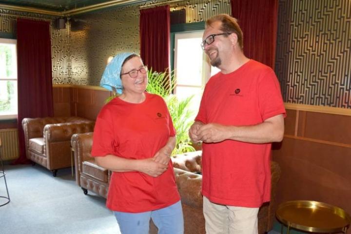Anita Timonen ja Hannu Urjanheimo toivovat, että asiakkaillakin olisi mukavaa Megrin Matkailun avautuneissa tiloissa.