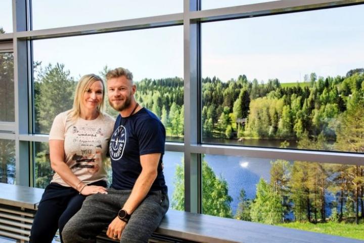 Jutta Gustafsberg ja Juha Rouvinen muistuttavat, että Suomessa luonto tulee suorastaan syliin. Se synnyttää läsnäolon tunnetta ja mielenrauhaa.