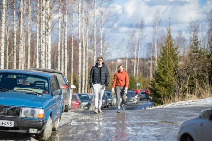 Miika Hietanen ja Veera Laakkonen kävelivät keskustasta.