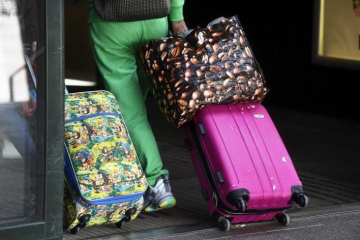 Lentoyhtiöt ovat supistaneet rajusti lentovuorojaan, ja vaikka perille pääsisikin, jotkut valtio ovat asettaneet turisteille maahantulokieltoja tai karanteeneja. LEHTIKUVA / VESA MOILANEN