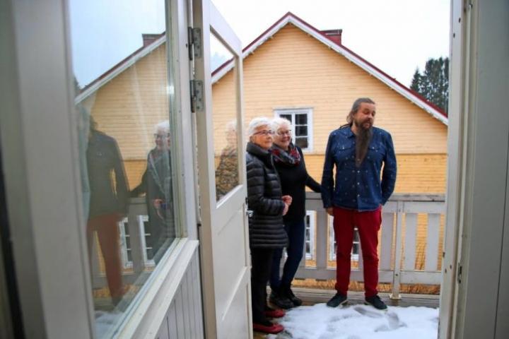 Sovintolan taitelijaresidenssissä on tarjolla kaksi asuntoa. Tässä toisen parvekkeella Sovintola-yhdistyksen puheenjohtaja Marja-Leena Malinen (vas.), Kesälahden kulttuuriseuran puheenjohtaja Airi Turunen ja kulttuuriohjaaja Markus Pulkkinen.