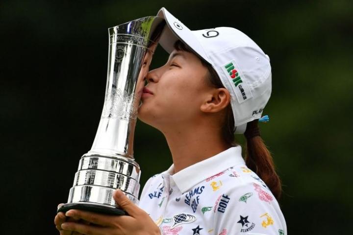 Vasta 20-vuotias Hinako Shibuno voitti sunnuntaina golfin naisten Britannian-mestaruusturnauksen, ensimmäisessä kilpailussaan ulkomailla. LEHTIKUVA / AFP