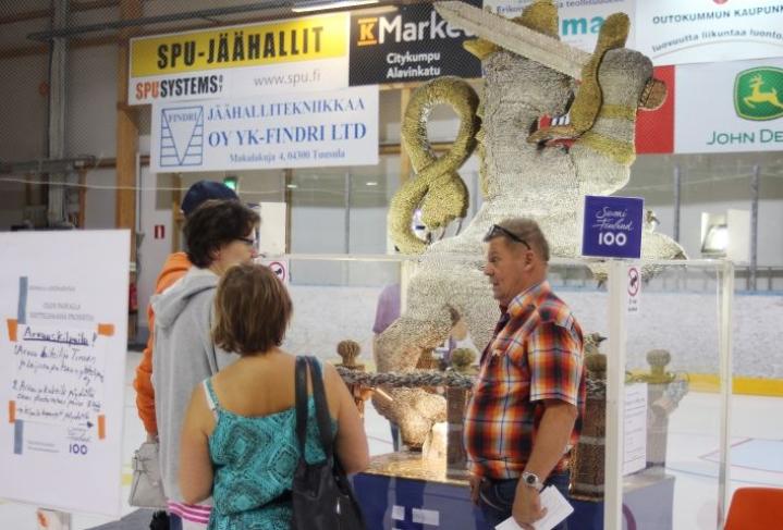 Timo Ruotsalainen oli viikonloppuna esittelemässä veistostaan Outokummun Kivimessuilla.