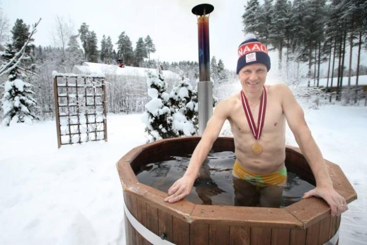 Vesi ei ehtinyt lämmetä, mutta paljuun mestarivalmentaja Petri Kettunen meni  toimittajan ja kuvaajan pyynnöstä joulukuussa 2016.