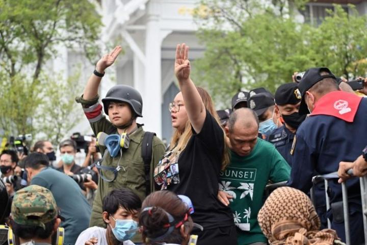 Bangkokissa on osoitettu mieltä myös sunnuntaina. Lehtikuva/AFP