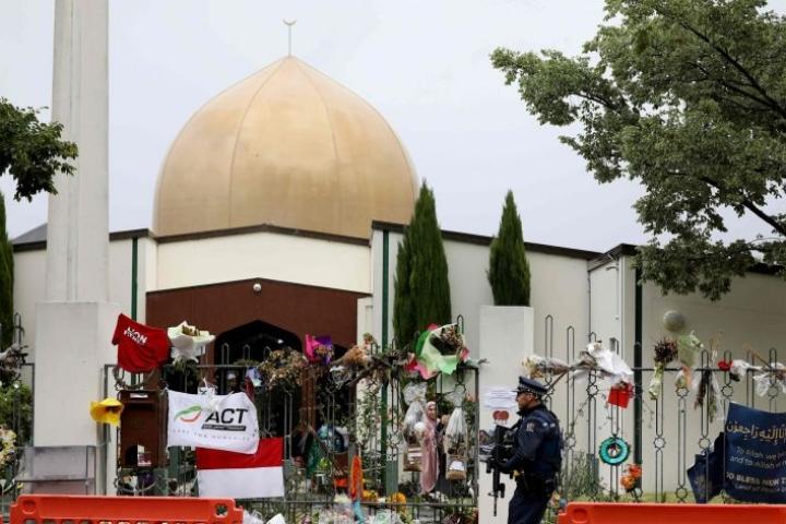 Poliisi päivysti Al Noorin moskeijan edessä Christchurchissa aiemmin tässä kuussa. Moskeija oli toinen Uuden-Seelannin iskujen kohteista. LEHTIKUVA/AFP