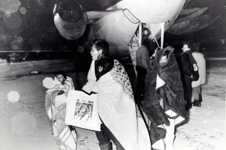 Lentokentällä kävi hyinen viima, kun toinen ryhmä vietnamilaisia saapui Joensuuhun tammikuussa 1989. –Helteestä lähteneet pakolaiset saivat pahimman mahdollisen ensikosketuksen uuden kotimaansa talveen, Karjalaisen jutussa todettiin. Duongin perhe tuli tällä lennolla, mutta he eivät ole kuvassa etualalla.