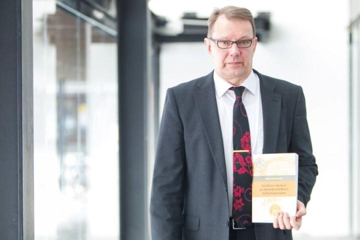 Velallisen tietojenantovelvollisuutta ja itsekriminointisuojaa koskevia lakeja pitäisi täsmentää, toteaa Reima Kukkonen väitöstutkimuksessaan.