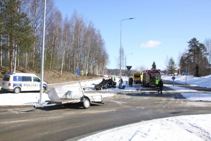 Auto pyöri katon kautta ympäri liikenneympyrän läpi ja päätyi ojaan katolleen.