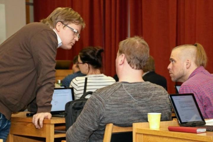 Keskustan ryhmäpuheenjohtaja Matti Kuittinen (vas.) pikaneuvottleuissa Marko Mannisen ja Tero Nenosen kanssa.