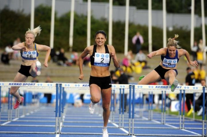 Lahti on tällä vuosituhannella isännöinyt Kalevan kisoja aiemmin vuosina 2000 ja 2012. Jonna Berghem (vas.), Nooralotta Neziri ja Ida Aidanpää juoksivat naisten 110 metrin aitojen loppukilpailussa Lahdessa elokuussa 2012.  LEHTIKUVA / Mikko Stig