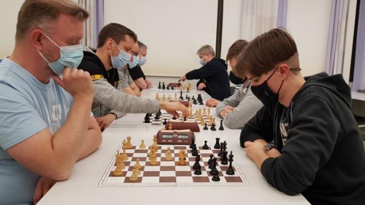 Marko Jönhede (edessä vas.) pelaa Eetu Torvista vastaan. Jönheden takana viime vuoden vuosikilpailun voittaja Teemu Honkanen.