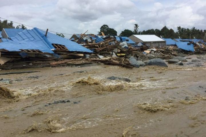 Tulvat ovat jo vetäytyneet, mutta viranomaiset yrittävät yhä evakuoida ihmisiä. LEHTIKUVA / AFP