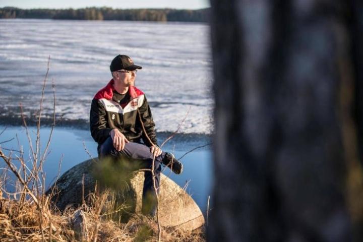 Pekka Ruotsalainen kiskoi tarvitsemansa pelastusvälineen lumen alta ja juoksi sen kanssa pelastamaan pilkkijää.