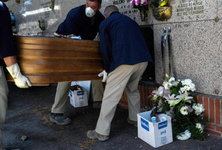 Espanjassa koronavirukseen on kuollut jo noin 12400 ihmistä. Lehtikuva/AFP