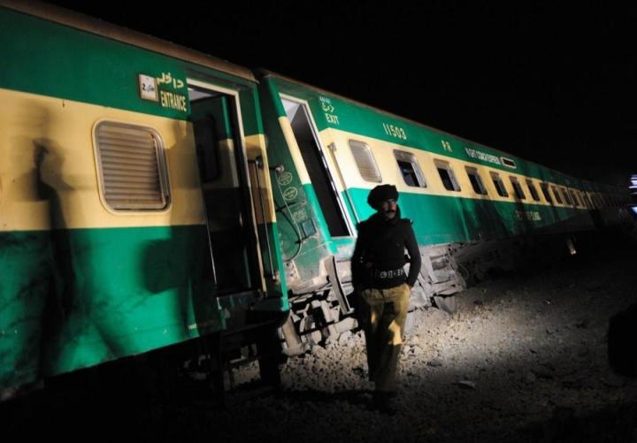 Junaturmat eivät ole harvinaisia Pakistanissa. Kuvassa poliisi raiteilta suistuneen junan edessä Karachissa helmikuussa 2014. LEHTIKUVA/AFP