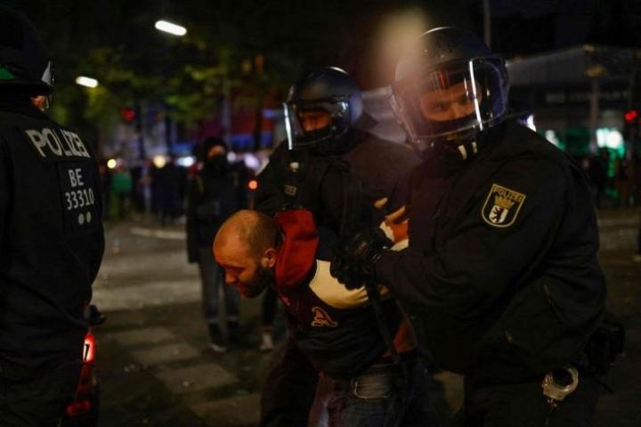 Yhteenotot alkoivat illalla, kun poliisit alkoivat poimia pois väkijoukosta äärivasemmistolaisia mielenosoittajia, koska nämä eivät noudattaneet koronavirusrajoituksia. Lehtikuva/AFP