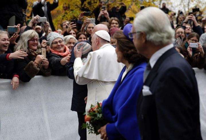 Paavi tapasi vierailua seuraamaan kerääntyneitä ihmisiä Lundissa. Lehtikuva/AFP