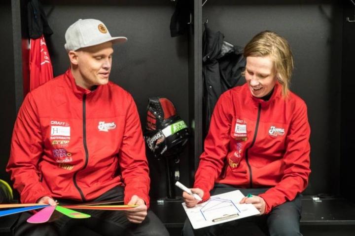 Iivo Parviainen ja Laura Jehkonen toimivat sekä JoMan naisten että B-tyttöjen pelinjohtajina.