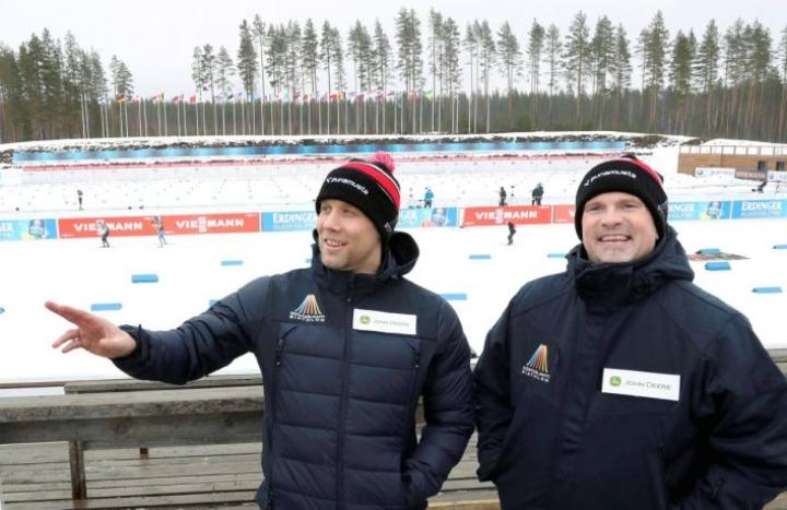 Maailmancupin tapahtumajohtajat Tomi-Pekka Riihivuori (vas.) ja Sami Leinonen odottavat kisojen alkamista.