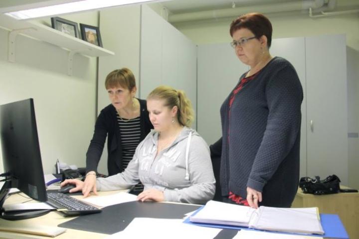 Oppisopimuskoulutuksen käytännön opetuksesta vastaa yritys. Kuvassa Ritva Kuosmanen (vas.), Satu Tolvanen ja Katja Piironen.