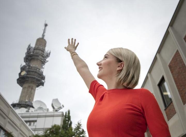 Ylen meteorologi Anniina Valtonen poseerasi valokuvaajalle työpaikallaan Helsingin Pasilassa viime elokuussa. Taustalla näkyvää Pasilan tv-tornia voi uhata purkaminen.