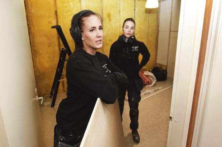 Maikki Kiuru (vas.) haluaa tukea naisten työllistymistä miesvaltaisella alalla. Hän tekee remonttikohteessa töitä Sari Tynin kanssa.